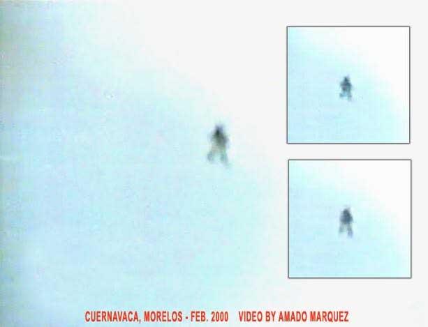 Ещё один снимок летающего гуманоида.